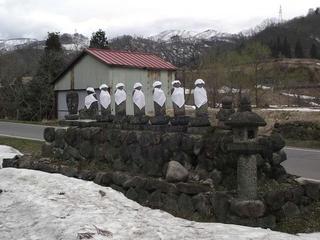 110423_1436_震災で東を向いたお地蔵さま(飯山市)