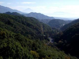 111029_1348_高原大橋から望む富士山(山梨県北杜市)