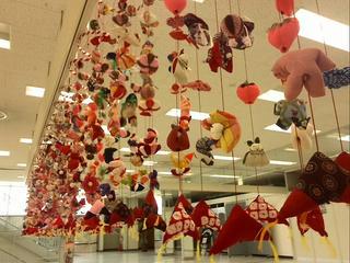 140209_1346_駅前ビル・アルパに展示されたいた吊るし飾り(駒ヶ根市)