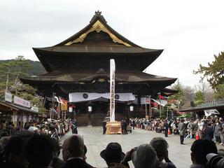 150404_1528_善光寺本堂前の回向柱(長野市)