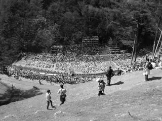 040411_1356_平成16年度御柱祭・木落とし坂上部から(下諏訪町)