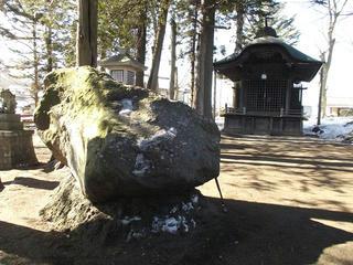 160211_1344_1_酒室神社の「赤石」・甲州街道てくてくマップから(茅野市)