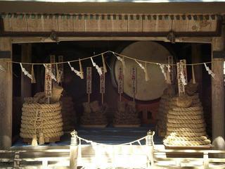 160326_1313_諏訪大社上社本宮神楽殿に奉納された「本宮二」の綱(諏訪市)