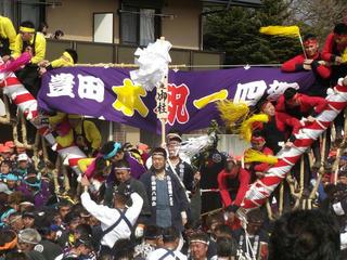 160402_1427_諏訪大社上社御柱祭「山出し」(茅野市長峰交差点付近)