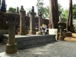160814_1349_龍岸寺にある真田隠岐守信尹の墓(山梨県北杜市)