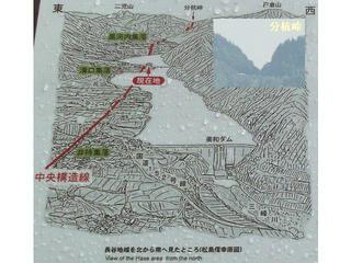 160816_長谷地域を通過する中央構造線を北から南へ見た状況(伊那市長谷)
