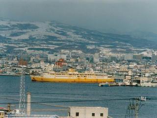 函館港を出港する青函連絡船十和田丸(北海道函館市)