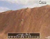急な坂をクルマで登る