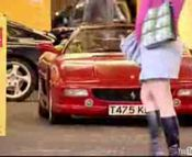 駐車場から出るフェラーリ