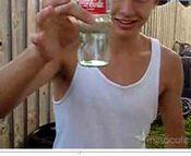 コーラ瓶の底を割る