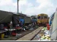 市場に侵入する電車