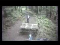 マウンテンバイクで山道を下る