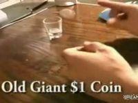 コインをショットグラスに入れる