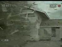 竜巻に壊される家