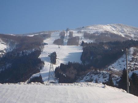駐車場から八海山スキー場を望む