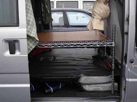 車中泊できるように棚をつくりました(横から)