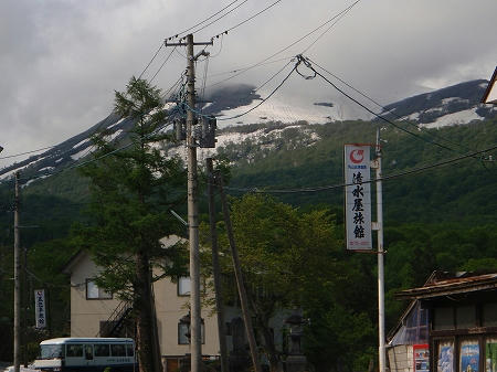 志津温泉から月山スキー場が見えます