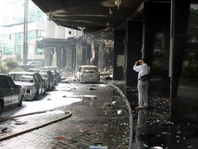 ◆乗用車に積み込んだ爆弾が爆発したホテルの車止め付近=2枚