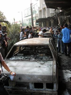 乗用車に積み込んだ爆弾が爆発したホテルの車止め付近=2枚 2枚目