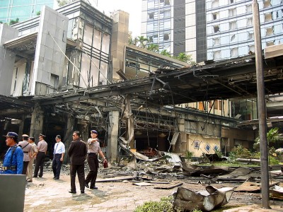 超高級ホテルの豪華エントランスが一瞬で大破。窓ガラスの大半も破損=2枚