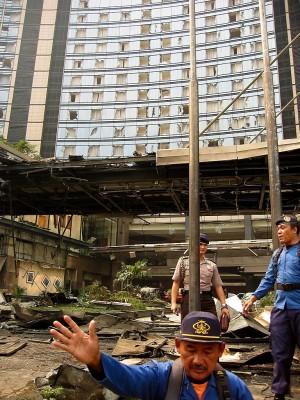 超高級ホテルの豪華エントランスが一瞬で大破。窓ガラスの大半も破損=2枚 2枚目