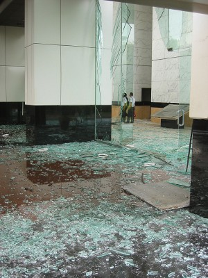 ホテルと併設のオフィスビル1階でも爆風でガラス片が散乱