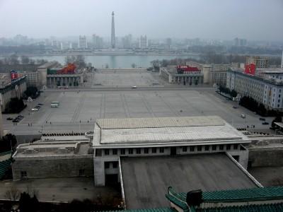 ◆大行進などが行われる平壌市中心部の広場。対岸にチュチェ思想塔。