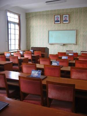 ◆大学の教室。黒板の上に金日成主席(父)と金正日総書記(息子)の肖像画。