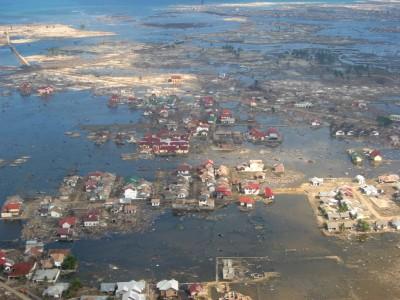 津波で家屋の多くが押し流され、水浸しになった村