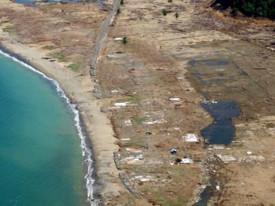 津波で道路も破壊され、復旧活動を大きく妨げました