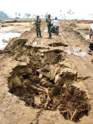 破壊された道路に代わる仮設道路は陥没