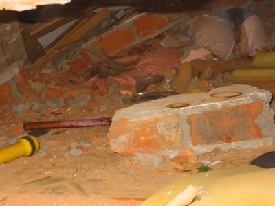 建物の下敷きになって死亡したと見られる住民