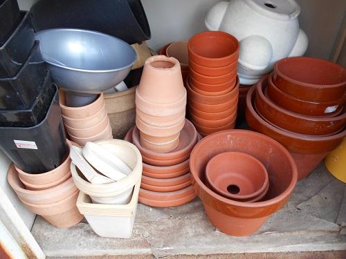 プラ鉢、ボール(植え替えをするときに使うので鉢ではありません)、盆栽用の小鉢、朱温鉢、駄温鉢、ストロベリーポット、などなど。受け皿もあります。