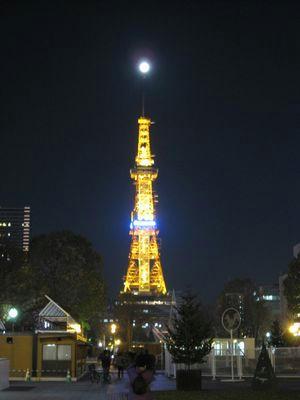 さっぽろテレビ塔に月が刺さってた。