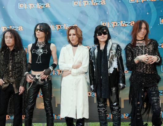 イベントでパネルの前に立って並んでいる現在のX JAPANの画像