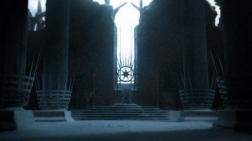 もしかしたら、第二章でデナーリスが不死者の館で見た、玉座の間の状況に繋がることが起きるのかな?
