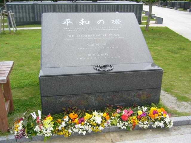 平和の礎と沖縄の花の献花