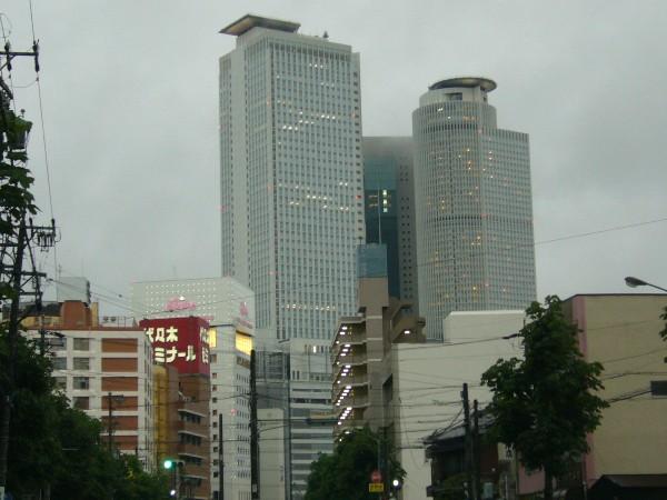雲がちょっとかかってる超高層ビル群@命駅裏