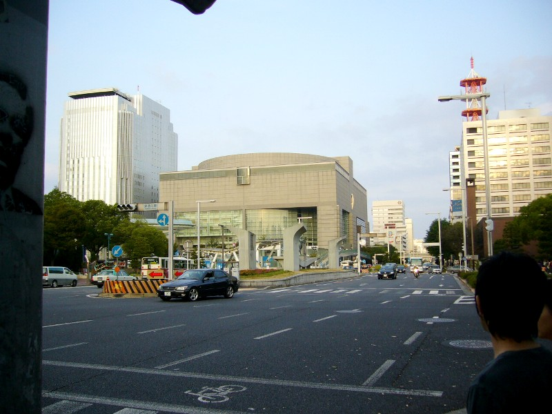 麻衣所、愛知県芸術劇場を望む