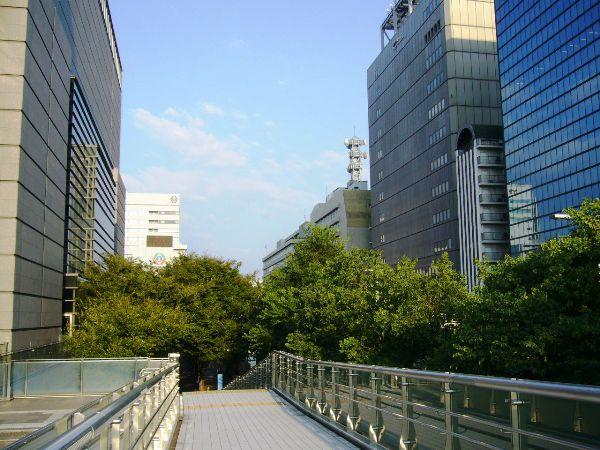 愛知県芸術劇場に向かうブリッジから望む(広小路通り側)
