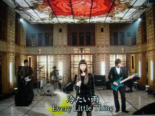 新曲「冷たい雨」を披露!