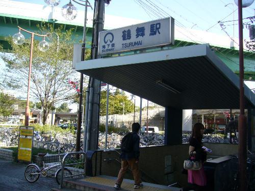 地下鉄の駅、4番出口を出た所。