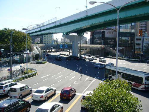 都市高速も絡む5差路の複雑な交差点