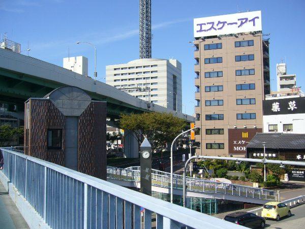 歩道橋上にあるエレベーター(中央左に濃茶色の建物)から直接、地下鉄の駅に入れます!