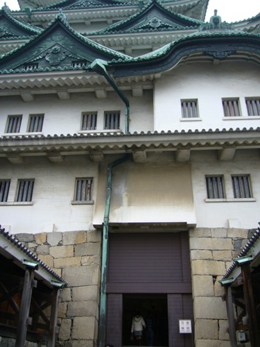 名古屋城内に入るとしますか!ミニスカねーちゃんに続いて(爆)