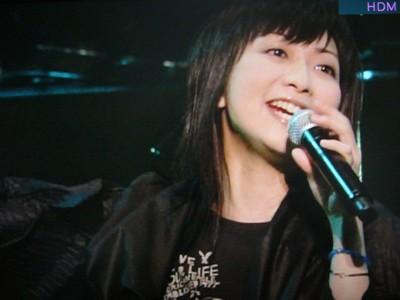 ライブで歌う、もっちー!
