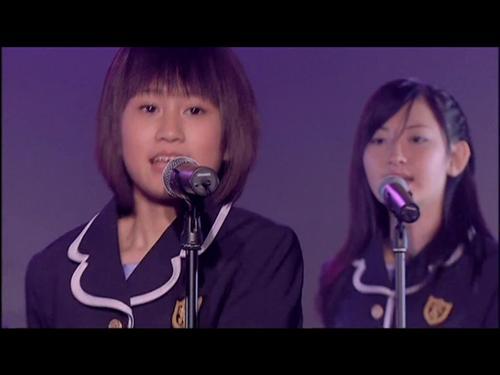 「桜の花びらたち」PV(手前は、あっちゃん、こじはるは奥)