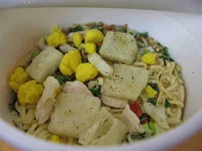 カップヌードル「金のゴマ入りチキンソルト味」 お湯を入れる前