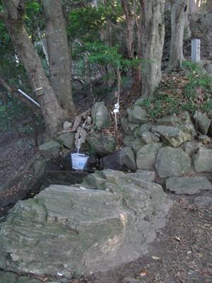 鳥居の左わきの湧水と37丁目道標