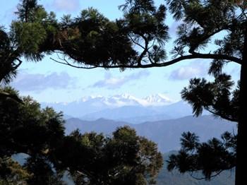 砥鹿神社奥の院脇から見える南アルプス